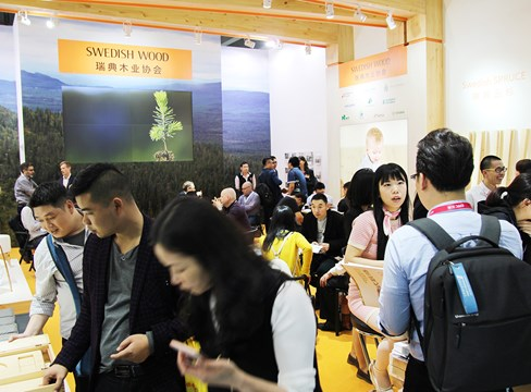 الكثير من الزائرين لمنصة العرض الخاصة بسويدش وود في معرض CIFM المقام في الصين