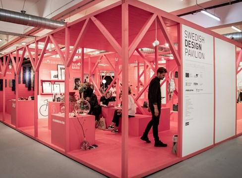 الصنوبر السويدي الملون يعرض التصميم الاسكندنافي في معرض لندن للتصميم (London Design Fair)